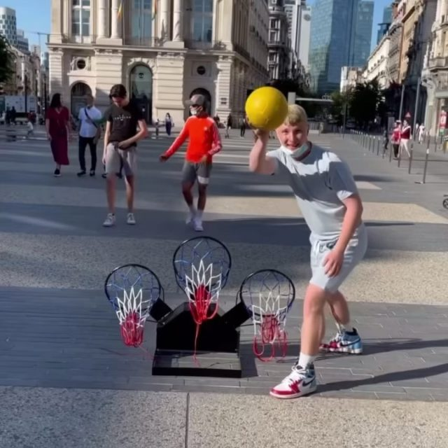 @eric_szk bringing some GOALMASTER PRO fun to the streets of Brussels🇩🇪 He even got a chicken to do it🐔😂 @mehdi_amri_10 is showing how it's done per usual🔥